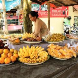 Una donna che vende frutta e spuntini