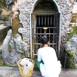 Una donna raccoglie l'acqua sacra