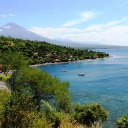 La costa e il vulcano Gunung Agung