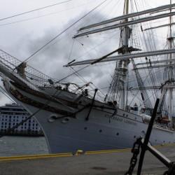 Una nave al molo