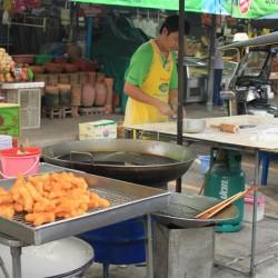 Al mercato preparano la prima colazione