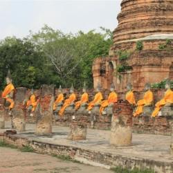 Buddha lungo le mura del chiostro