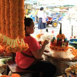 Le donne creano delle corone di fiori