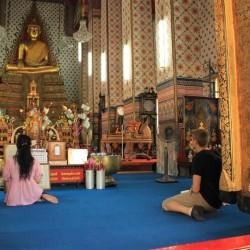 Nel tempio a pregare