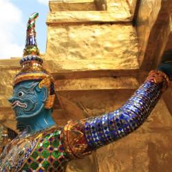 Tante statue e decorazioni in oro