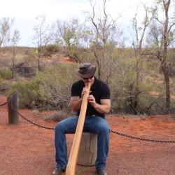 Uno che suona il didgeridoo